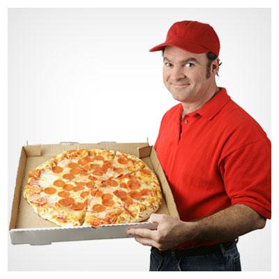 پیتزای بسیار بزرگ در دستان پیک خندان فست فود به فرمت jpg