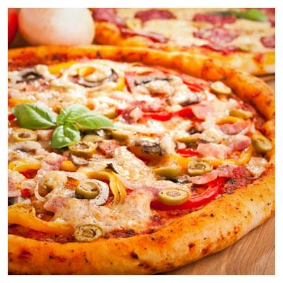پیتزای لذیذ و تازه بر روی میز آماده سرو، اشتها آور و زیبا به فرمت jpg