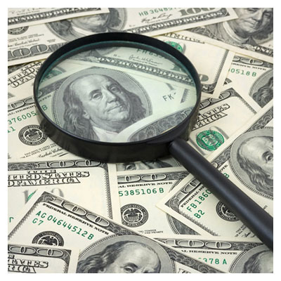 عکس پول و اسکناس دلار با یک ذره بین شیشه بزرگ