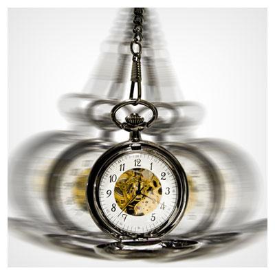 تصویر نوسان یک ساعت در حالت آویزان شده از زنجیر به فرمت jpg