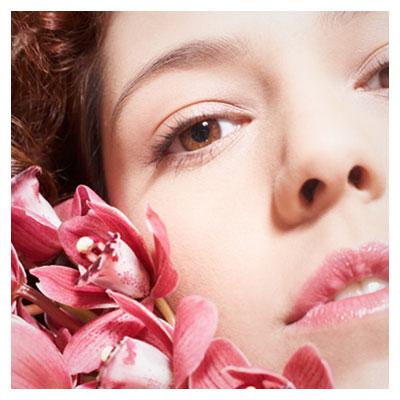عکس با موضوع سلامتی پوست ، زیبایی و شادابی در کنار گل های صورتی رنگ