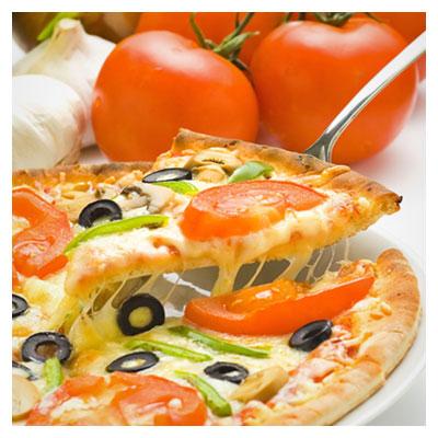 عکس برداشتن برش پیتزا به وسیله چنگال در روی میز ناهار