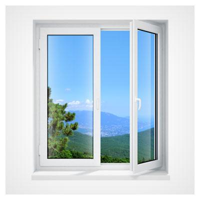 تصویر باز شدن یک پنجره دو جداره در کنار کوهستان در هوای صاف و زیر آسمان آبی