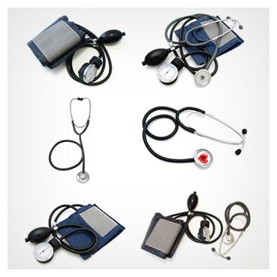 عکس از تعدادی گوشی پزشکی و دستگاه فشار خون بر روی زمینه ی روشن