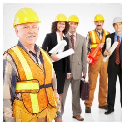 تصویر دسته جمعی مهندسان با کلاه های زرد و در حالت خوشحال