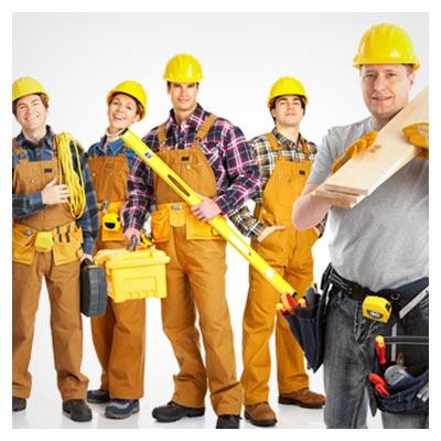 عکس تعدادی زن و مرد کارگر با لباس کار و کلاه های زرد