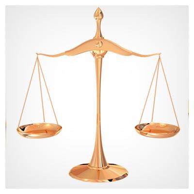 تصویر با کیفیت ترازوی بزرگ قضاوت و عدالت در حالت تعادل