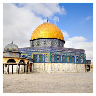 عکس گنبد مسجد قدس به رنگ طلایی در زیر آسمان صاف آبی