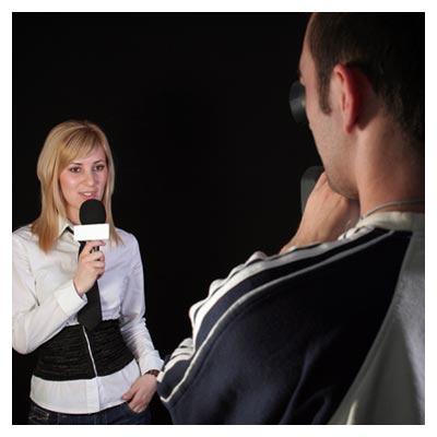 عکس فیلمبرداری گزارش تلویزیونی از یک خانم گزارشگر