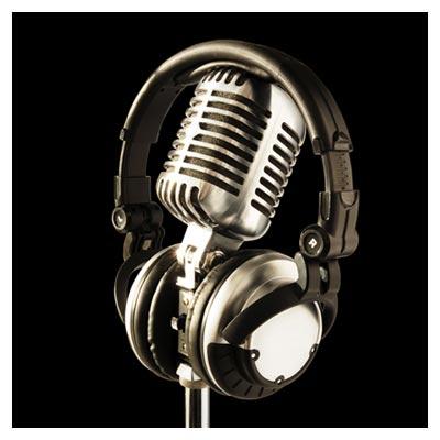 عکس میکروفون و هدفون متصل نقره ای بر روی زمینه سیاه