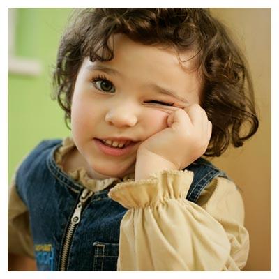 عکس ژست مهربان و بانمک پسر بچه ی مو فرفری با پسوند JPG