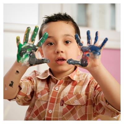 عکس پسر بچه با دست های اغشته به رنگ روغن با پسوند JPG