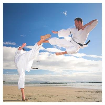 عکس حرکات رزمی جودو مبارزه دو مرد در کنار ساحل دریا