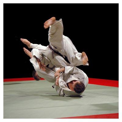 عکس مبارزه رقابتی جودو بین دو مرد ورزشکار برروی تشک