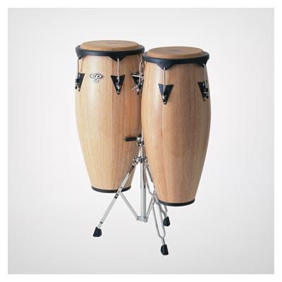 عکس ابزار موسیقی دو طبل بزرگ چوبی قرار گرفته بر روی پایه فلزی