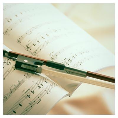 عکس کتاب نوت موسیقی در کنار وسیله نواختن موسیقی