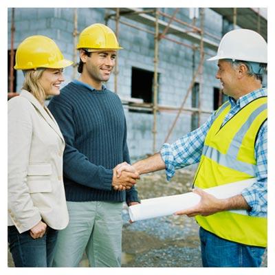 عکس دو مهندس آقا و یک مهندس معماری خانم در حال ساختمان نیمه ساخته