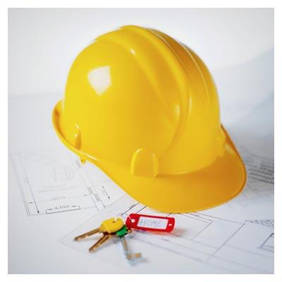 عکس وسایل یک مهندس معماری، شامل کلاه و نقشه و کلید ساختمان