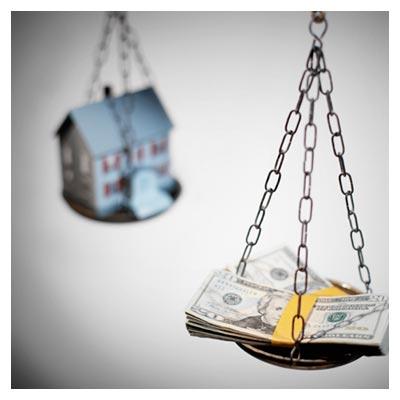 عکس پول و خانه قرار گرفته در وضعیت تعادل در دو طرف کفه ترازو
