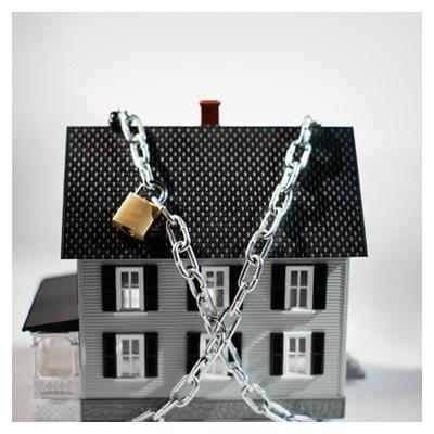 قفل شدن خانه شیروانی با زنجیر به صورت نمادین و مفهومی