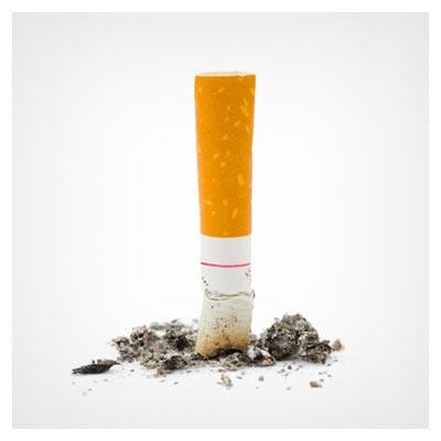 عکس خاموش شدن یک ته سیگار بر زمین با خاکستر پراکنده