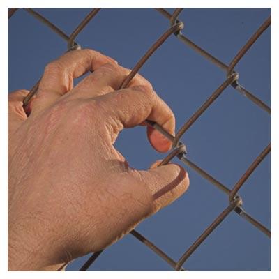 عکس دست بر روی میله فلزی رو به سمت آسمان (اسارت)