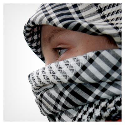 عکس چهره پوشانده شده ی یک مبارز جوان فلسطینی