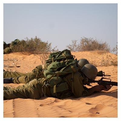 عکس تیر اندازی دو سرباز خابیده در جبهه جنگ برای دفاع از مرزهای وطن