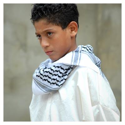 عکس اندوه پسر بچه فلسطینی با لباس سفید رنگ
