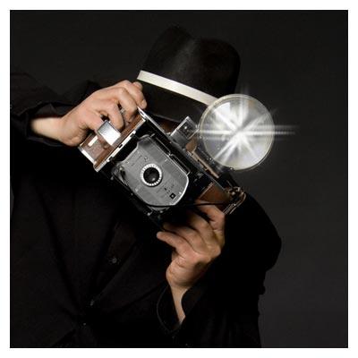 فضای تاریک از لحظه عکسبرداری یک عکاس حرفه ای با دوربین پیشرفته