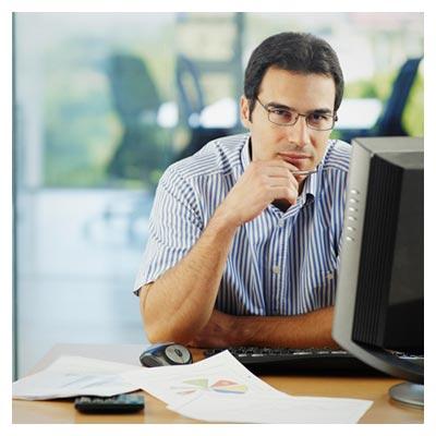 کار کردن یک کارمند با سیستم در حالت متفکر در محل کار