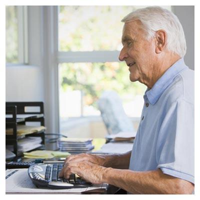مرد سالخورده مهربان در اداره در حال تایپ کردن با فرمت jpg
