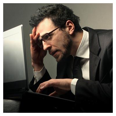 عکس یک کارمند مرد در حالت کار کردن با لب تاپ با فرمت jpg