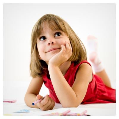 عکس نقاشی کشیدن یک دختر بچه قرمز پوش خندان متفکر