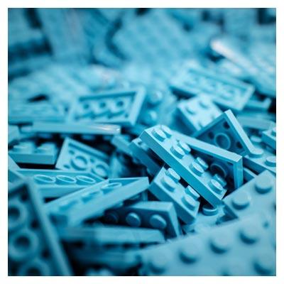 عکس لگوهای مستطیلی آبی رنگ به عنوان اسباب بازی