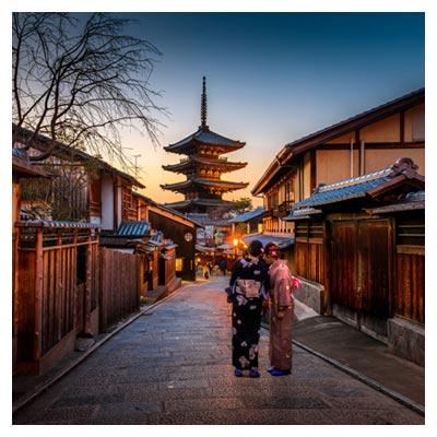 عکس دو زن در خیابان و محله شهر کیوتو با ساختمان های قدیمی