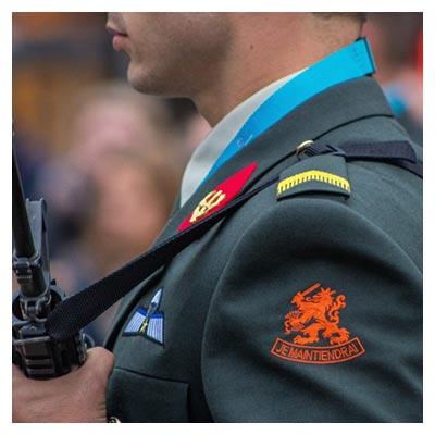 عکس سرباز با لباس رسمی اسلحه در دست با فرمت jpg