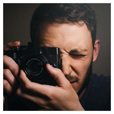 عکسبرداری مرد عکاس با دوربین با فرمت jpg