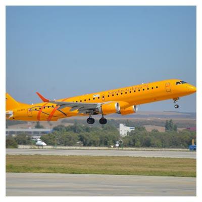 عکس هواپیمای مسافربریی نارنجی در حال بلند شدن از روی زمین