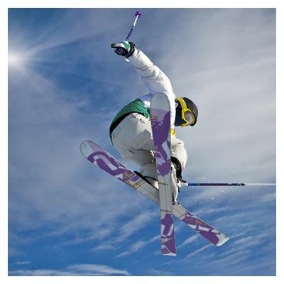عکس اسکی باز ماهر در حالت اوج گرفتن در ارتفاع