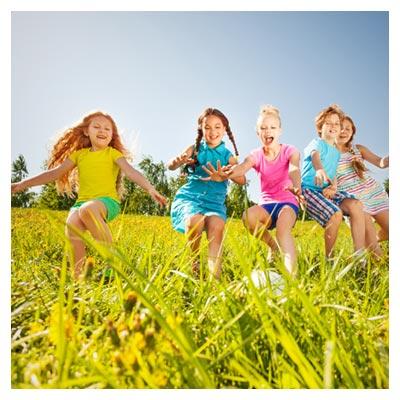 عکس پنج کودک در حال دویدن و بازی در مزرعه