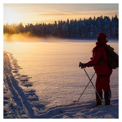 عکس هنری غروب آفتاب بر روی یک اسکی باز برفی