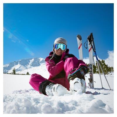 عکس کوهستان برفی و لبخند یک اسکی باز مجهز خانم