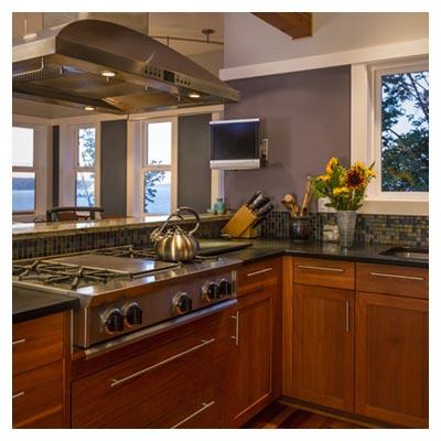 عکس دکوراسیون داخلی مجهز آشپزخانه منزل با کابینت چوبی