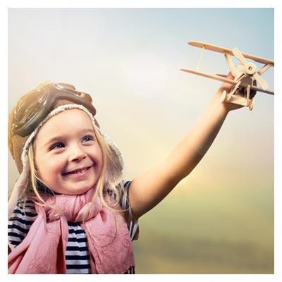 عکس بازی کردن یک دختر بچه با یک هواپیمای اسباب بازی