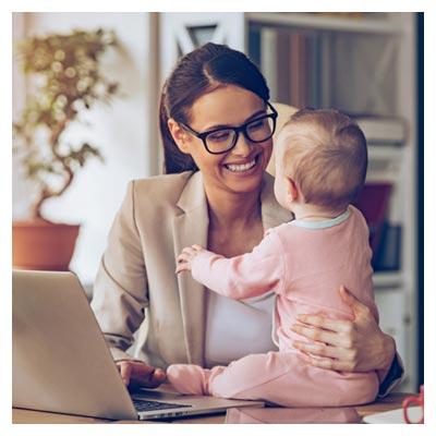 عکس با کیفیت مادر در حالت لبخند زدن به نوزادش