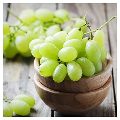 دانلود عکس انگور سبز رسیده در ظرف و میز چوبی