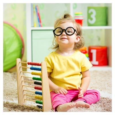 عکس چرتکه رنگی و دختر بچه عینکی در حال بازی