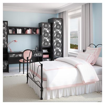 عکس یک تخت دو نفره با روکش سفید در نمای دکوراسیون داخلی اطاق خواب