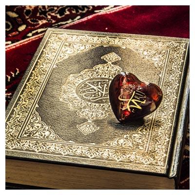 عکس سنگ قلبی مزین به نام محمد(ص) بر روی قرآن و سجاده